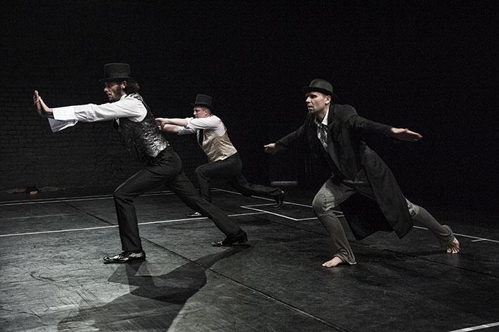 trzech mężczyzn w tańcu